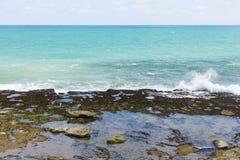 Shoreline med vaggar och små vågor Royaltyfria Foton