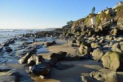 Shoreline på den berggataBeachin Laguna Beach, Kalifornien Royaltyfri Foto