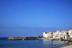 Shoreline på den Cefalu stranden, Italien Arkivfoton