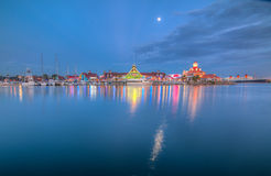 Shorelinebymarina på skymning Royaltyfri Bild