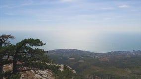 Shorelinen av den Yalta staden, sikt från berget skjutit härliga crimea som den placerar till ukraine Sikt på Yalta och den Black royaltyfri fotografi