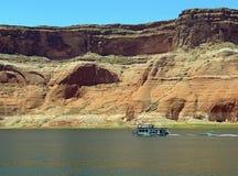 Shorelne mit Sandsteinklippen auf See Powell von See Powell Stockfotografie