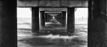 Shorncliffe码头的黑白图象 免版税库存照片