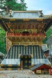 Shoro - uma torre de sino na frente da porta de Yomeimon do santuário de Tosho-gu em Nikko, Japão fotografia de stock