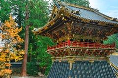 Shoro - uma torre de sino na frente da porta de Yomeimon do santuário de Tosho-gu em Nikko, Japão imagens de stock royalty free