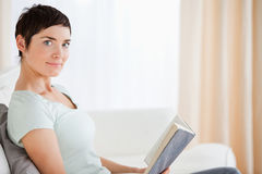 Short-haired woman holding a book Royalty Free Stock Photos