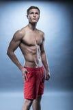Short vermelho vestindo modelo da aptidão masculina Foto de Stock