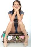 Short vestindo da jovem mulher infeliz triste que senta-se em um transbordamento Foto de Stock Royalty Free