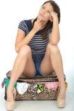 Short vestindo da jovem mulher infeliz triste que senta-se em um transbordamento Fotografia de Stock