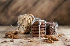 Shortbread, owsów ciastka, czekoladowego układu scalonego ciastko na drewnianym tle fotografia royalty free