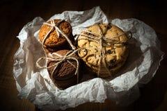 Shortbread, owsów ciastka, czekoladowego układu scalonego ciastko na drewnianym tle zdjęcia royalty free