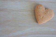 Shortbread serce na drewnianym tle z kopii przestrzenią jako miłości tło Fotografia Stock