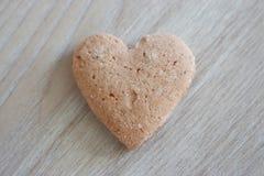 Shortbread serce na popielatym drewnianym tle jako miłości tło Zdjęcia Stock