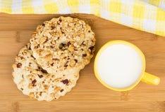Shortbreads звенят с арахисами и чашкой молока, взгляд сверху Стоковое Изображение