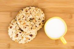 Shortbreads звенят с арахисами и чашкой молока на таблице Стоковая Фотография