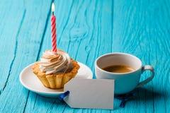 Shortcake με την κρέμα και ένα κερί, με ένα φλιτζάνι του καφέ και μια κενή κάρτα Στοκ φωτογραφίες με δικαίωμα ελεύθερης χρήσης
