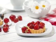 Shortcake клубники на журнальном столе Стоковые Изображения