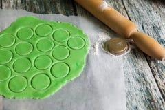 Η φρέσκια ακατέργαστη ζύμη κουλουρακιών προετοιμάζεται στοκ φωτογραφία με δικαίωμα ελεύθερης χρήσης