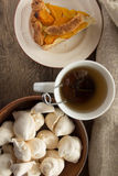 Shortcrust brzoskwini kulebiak, bezy i filiżanka herbata, Zdjęcia Stock