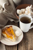 Shortcrust brzoskwini kulebiak, bezy i filiżanka herbata, Zdjęcie Royalty Free
