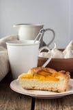 Shortcrust brzoskwini kulebiak i filiżanka herbata Obraz Royalty Free