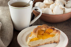 Shortcrust brzoskwini kulebiak i filiżanka herbata Zdjęcia Stock
