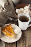 Shortcrustpfirsichtorte, -meringen und -tasse Tee Lizenzfreies Stockfoto