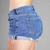 Shorts blu sexy della parte del corpo fotografie stock libere da diritti