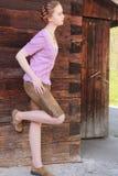 Shorts d'uso della donna che pendono contro la parete Immagini Stock