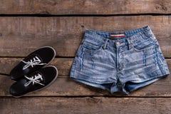 Shorts de denim et keds noirs Image stock
