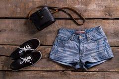 Shorts del denim della donna con la borsa Fotografia Stock