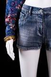 Shorts del denim e braccialetto dell'oro Immagini Stock Libere da Diritti