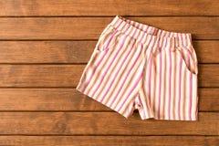 Shorts drôles sur le fond en bois Vêtements du ` s d'enfants La vue de Burj Khalifa photo libre de droits