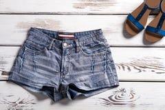 Shorts et chaussures sur l'étagère Image libre de droits