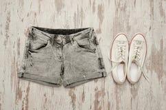 Shorts gris et espadrilles blanches concept à la mode Photographie stock