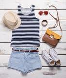 Shorts leggeri con la cima a strisce Attrezzatura dell'estate della ragazza sulla vetrina Immagine Stock