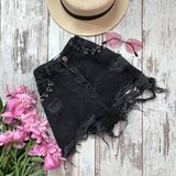 Shorts noirs de denim sur un fond en bois photo stock