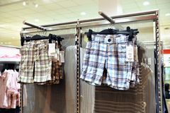 Shorts que penduram em uma loja imagem de stock royalty free