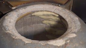 Shoti especial del pan que cocina en estufa almacen de metraje de vídeo