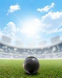 Shotput球体育场和绿色草皮 免版税库存图片
