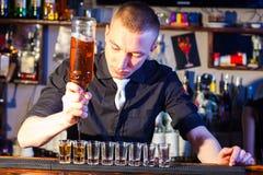 Shots för bartenderdanandedrink royaltyfri foto