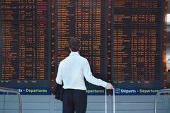 shots för telefon för passagerare för man för flygplatsbagage shutter låga något vänta för hastighet Royaltyfri Bild