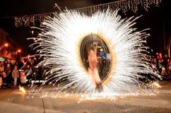 Shou en la noche con el fuego más doméstico imagen de archivo libre de regalías