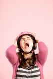 Fundo de ciclagem vestindo do rosa do retrato do capacete da mulher engraçada real Foto de Stock Royalty Free