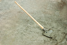 Shovel and wet cement Royalty Free Stock Photography
