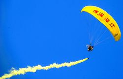 Show aereo internazionale di Paramotor fotografia stock libera da diritti