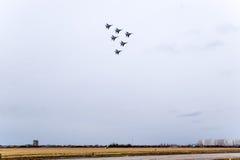 Show aereo nel cielo sopra la scuola di volo dell'aeroporto di Krasnodar Airshow in onore della protezione della patria MiG-29 ne Immagini Stock