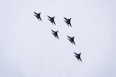 Show aereo nel cielo sopra la scuola di volo dell'aeroporto di Krasnodar Airshow in onore della protezione della patria MiG-29 ne Immagine Stock