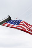 Show der amerikanischen Flagge auf 4. von Juli-Parade stockbild