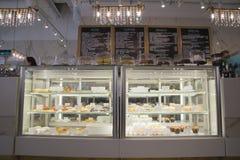 Show-fönster med kakor i kafé Arkivfoton